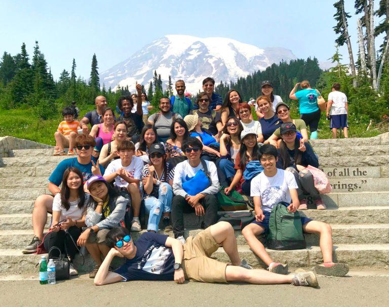 Gruppo di attività studentesche ALPS di studenti a Mount Rainier vicino a Seattle con l'insegnante
