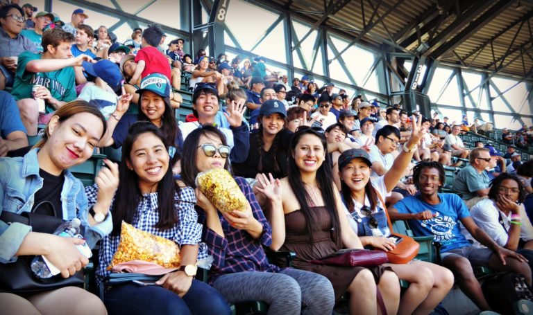 folto gruppo di studenti ALPS che praticano l'inglese durante l'attività scolastica alla partita di baseball della Major League Mariners a Seattle