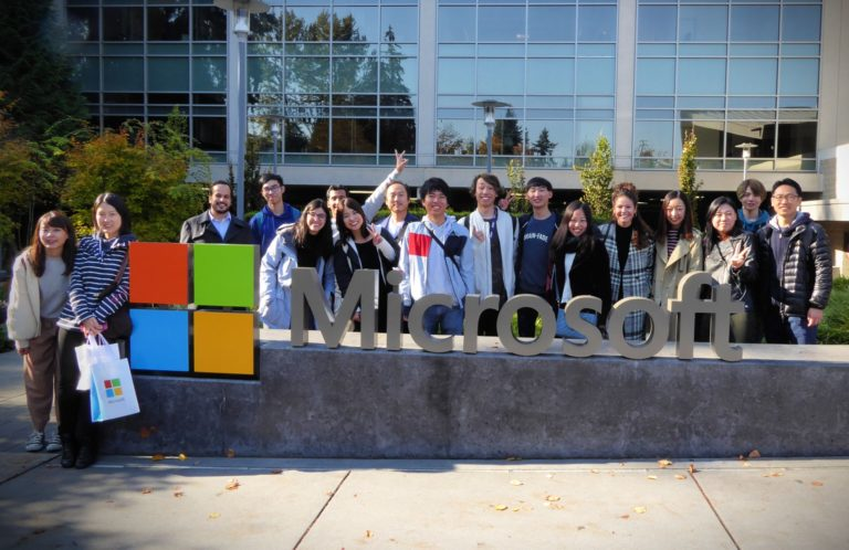 Seattle yakınlarındaki Microsoft genel merkezindeki ziyaretçi merkezinde okul etkinliğinde ALPS öğrencisi grubu