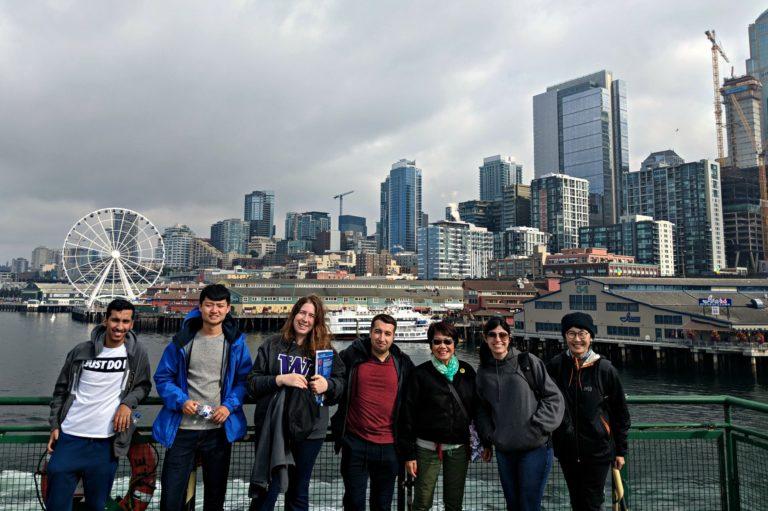 Studenti delle ALPI sull'attività scolastica Immagine di gruppo del traghetto di Seattle
