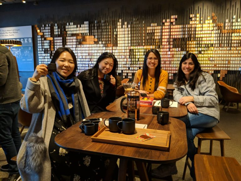 Seattle'daki Starbucks Reserve'de İngilizce pratik yapan ve kahve içen öğrencilerin ALPS okul aktivite grubu fotoğrafı